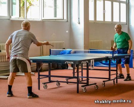 В Шахтах теннисисты отметили День физкультурника за столом