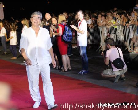 Шахтинский актер прошел по красной дорожке на церемонии открытия фестиваля Bridge of Arts в Ростове-на-Дону (фоторепортаж)