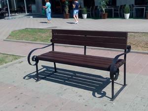 23 уличные скамейки отремонтированы на Шахтинском Арбате