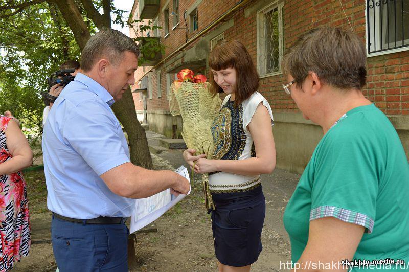 Тройняшкам из Шахт глава администрации города подарил коляску
