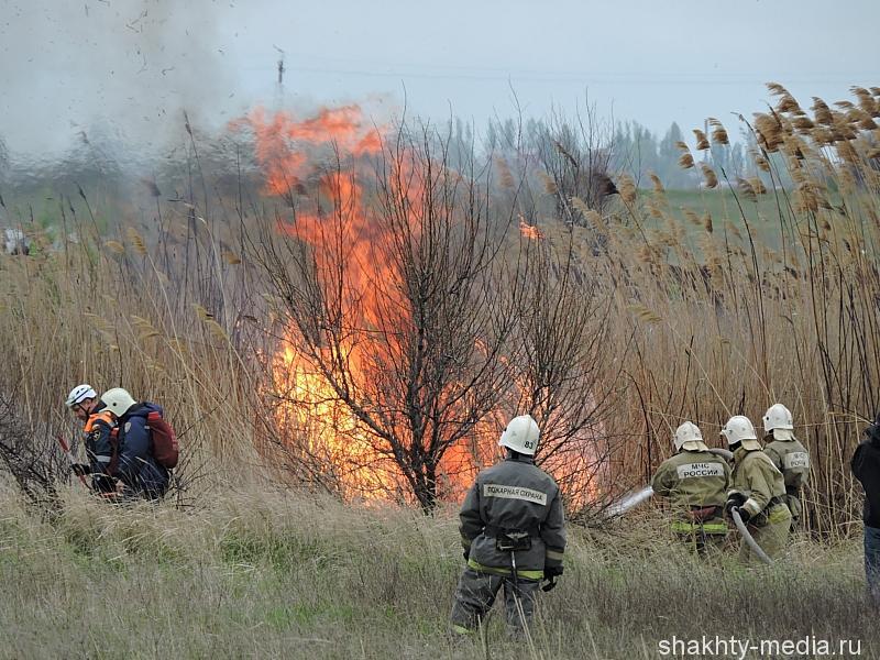 МЧС ведет тушение пожаров сразу в нескольких районах Ростовской области