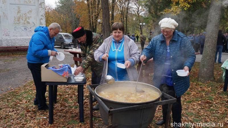 Шахтинцы посмотрели концерт, посвященный православному празднику Покрова Пресвятой Богородицы, и съели 200 литров ухи
