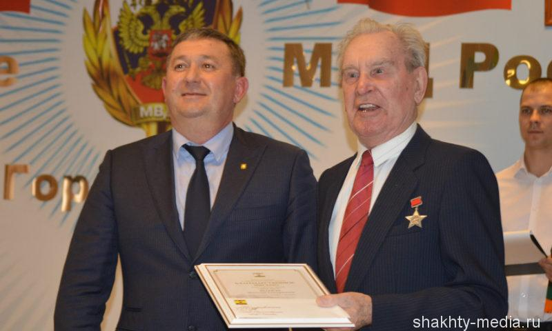 Шахтинским полицейским в профессиональный праздник присвоены очередные специальные звания