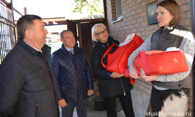 Глава администрации г. Шахты подарил маме тройняшек коляску