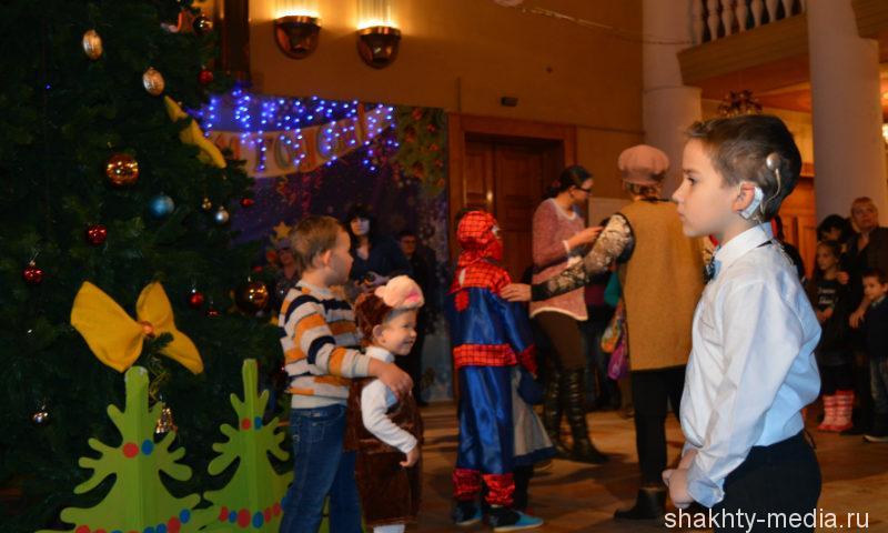 В Шахтах особенные дети встретились с главным зимним волшебником