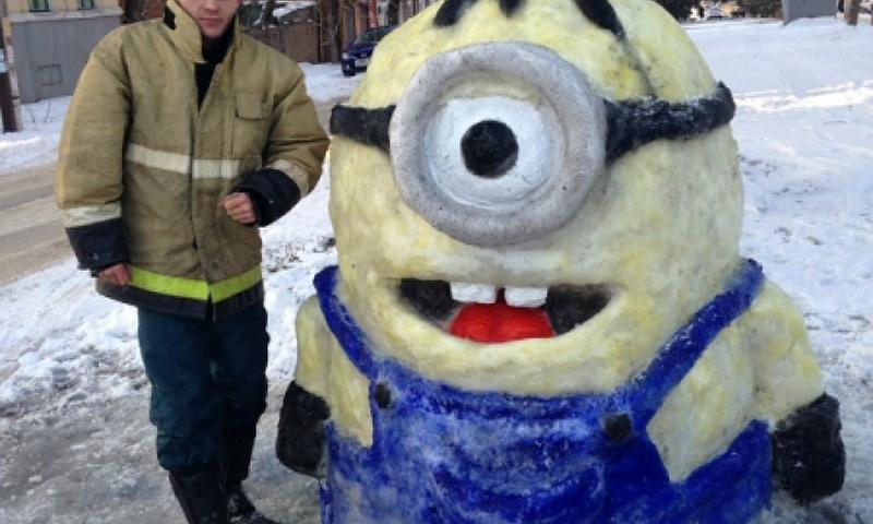 Пожарный из Новочеркасска слепил из снега миньона в человеческий рост
