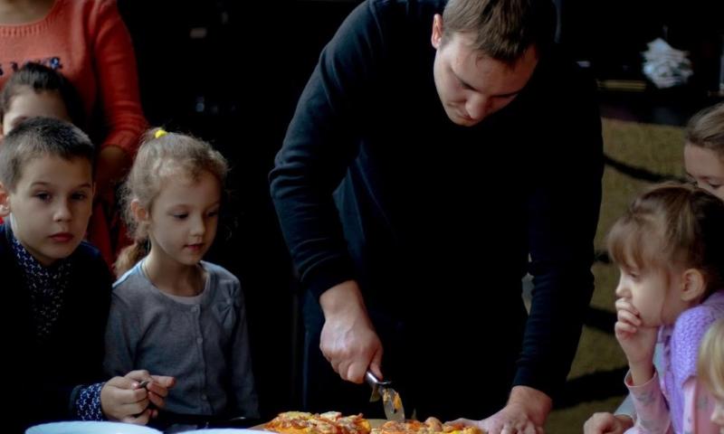 В шахтинском спорт-баре прошел детский мастер-класс по приготовлению пиццы