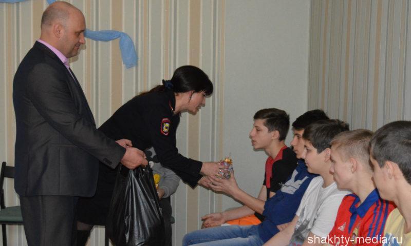 В Шахтах «Полицейский Дед Мороз» раздал подарки детям