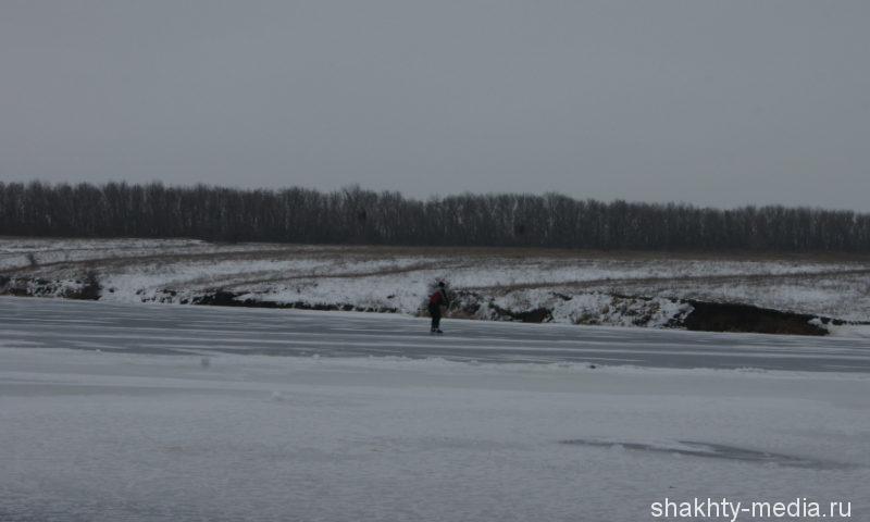 В Ростовской области мотоциклист провалился под лед
