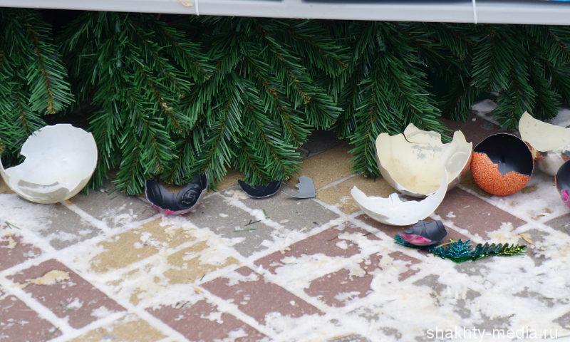 В Александровском парке г. Шахты вандалы сломали новогоднюю елку