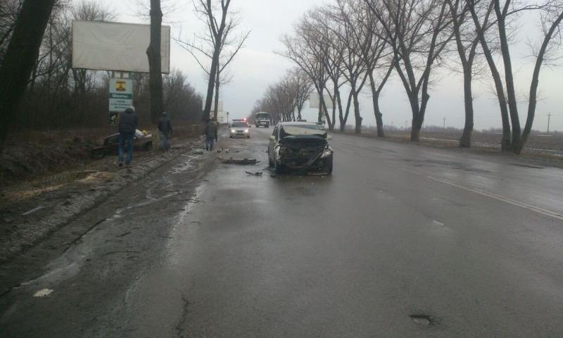 На въезде в город Шахты водитель ВАЗа столкнулся со встречным автомобилем