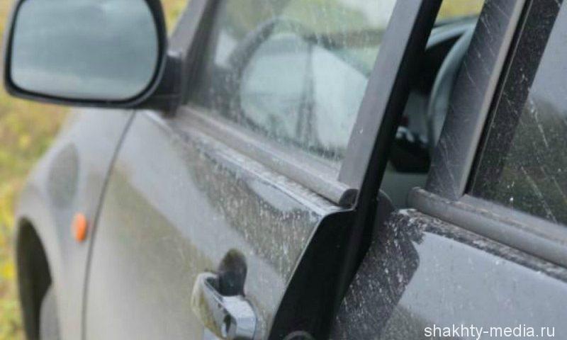 В Шахтах, разбив стекло автомобиля, рецидивист вытащил ноутбук
