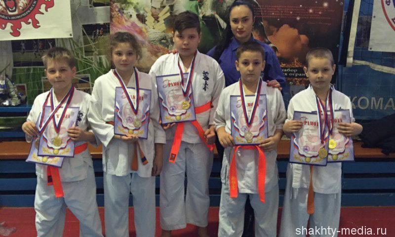 Шахтинские бойцы привезли с турнира по киокусинкай каратэ «Новичок» семь медалей