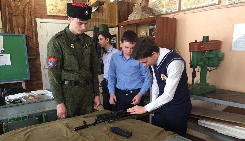 В Шахтах казаки продемонстрировали школьникам основы военной подготовки