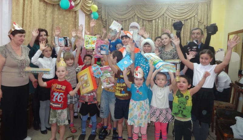 Воспитанники приюта «Огонек» Октябрьского района окунулись в «Новогоднюю историю»