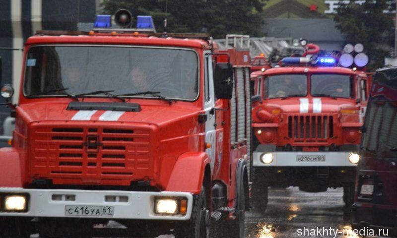 Небольшая хозпостройка сгорела в центре города Шахты