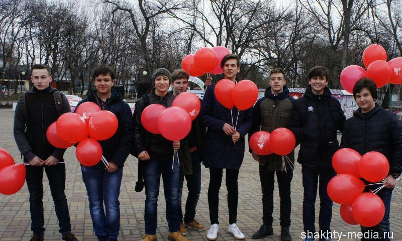 В Александровском парке г.Шахты всем женщинам вручали цветы и воздушные шары