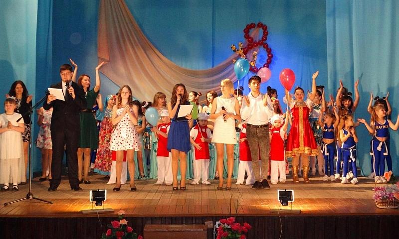 Клуб им.Красина подготовил для шахтинок праздничный концерт «Весна и женщина похожи»