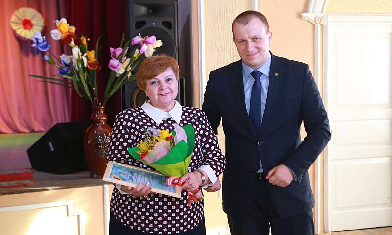 Сотрудников департамента образования г. Шахты поздравили с женским днем 8 Марта