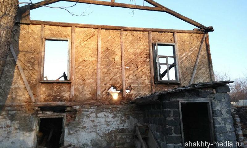 В Шахтах в поселке имени Артема сгорела заброшенная казарма