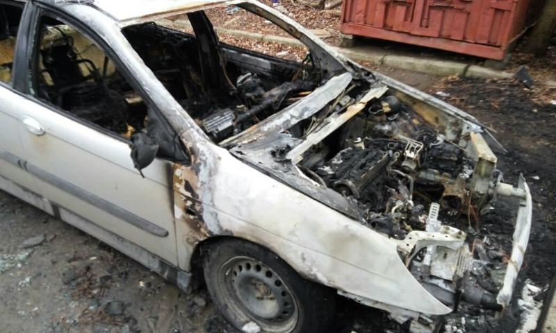 В Шахтах ночью в центре города сгорела иномарка