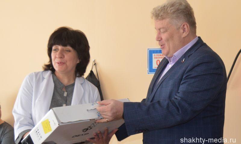 В Шахтах депутат Государственной Думы Максим Щаблыкин подарил социальному центру для бездомных оргтехнику