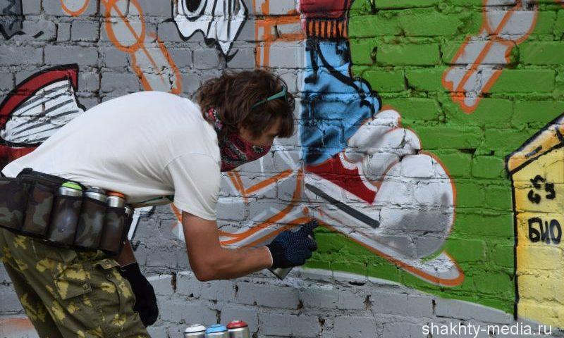 В Шахтах молодежь раскрасила стену «зелеными» граффити