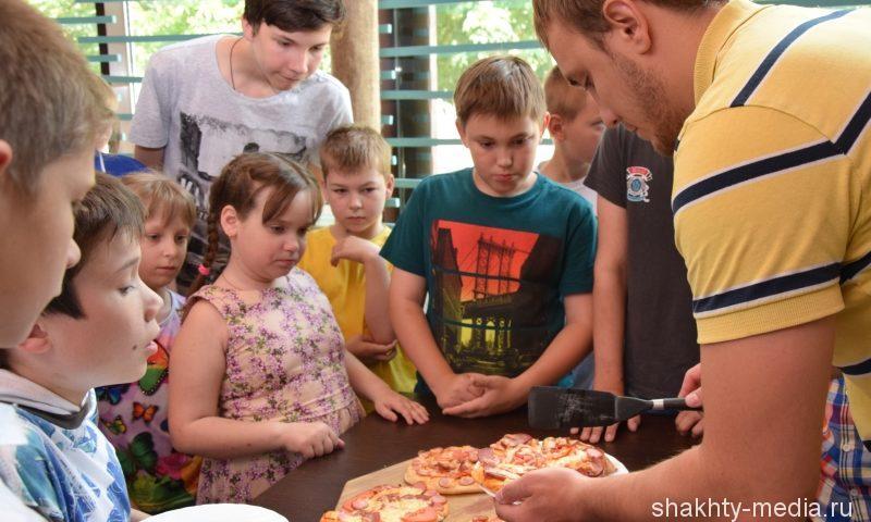 """В Шахтах дети из """"Добродеи"""" попробовали себя в роли пиццайоло"""