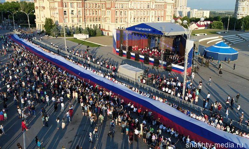 В Ростове-на-Дону пронесли самый большой флаг в стране