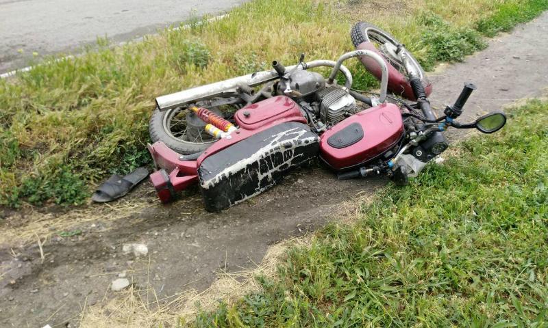 В Шахтах мотоциклист опрокинулся, наехав на бордюр