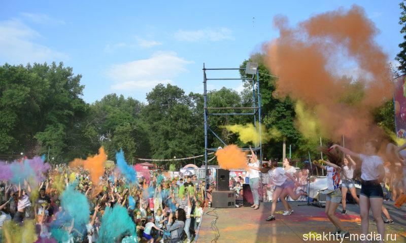 Шахтинцы отметили День молодежи красочным флешмобом (ВИДЕО, ИЩИ СЕБЯ НА ФОТО)