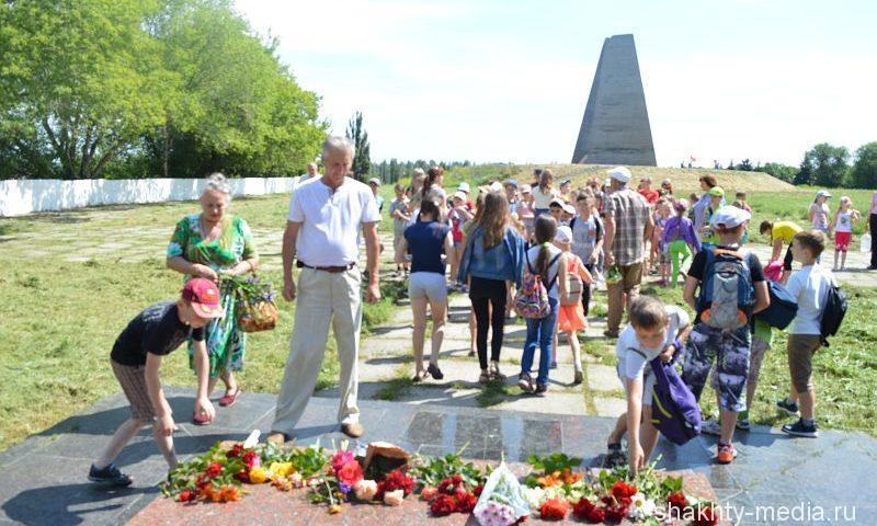 """Шахтинцы возложили цветы на мемориальном комплексе """"Жертвам фашизма"""""""