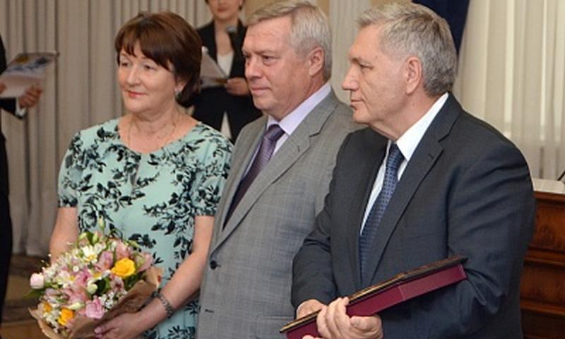 Донской губернатор  вручил юбилярам семейной жизни знак «Во благо семьи и общества»