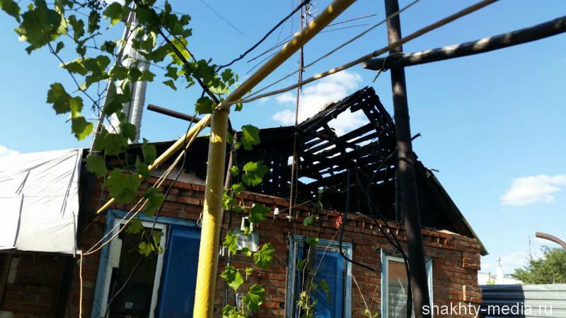 В Шахтах загорелся частный дом