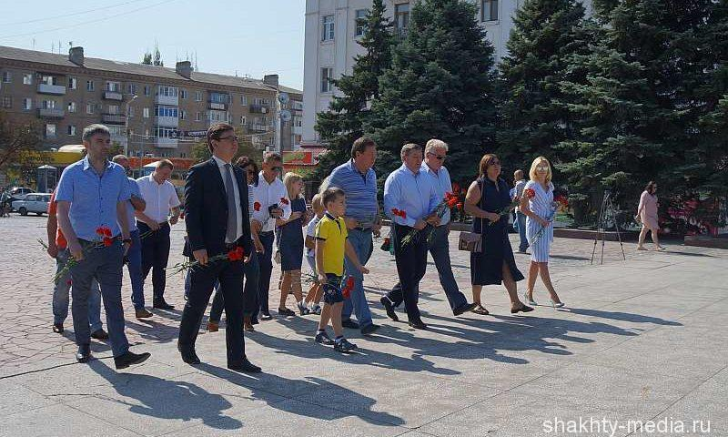 Глава администрации г.Шахты Игорь Медведев возложил цветы к памятнику Солдату-освободителю