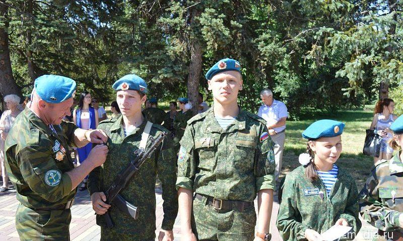 Уходят в армию мальчишки