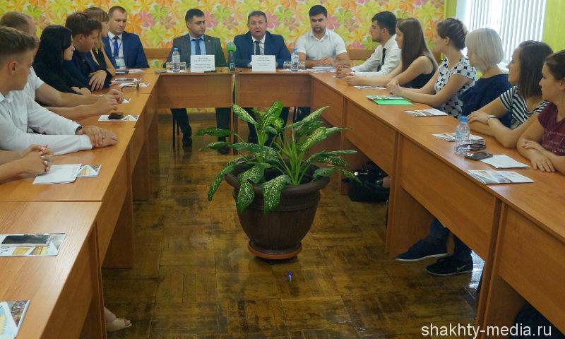 Глава администрации г.Шахты и начальник областного управления службы занятости населения ответили на вопросы молодых активистов