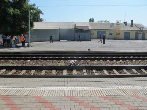 На станции Таганрог-Пассажирская грузовой поезд сбил пенсионера
