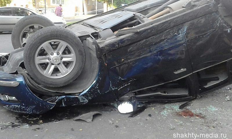 В Шахтах в результате ДТП перевернулся джип. Есть пострадавшие