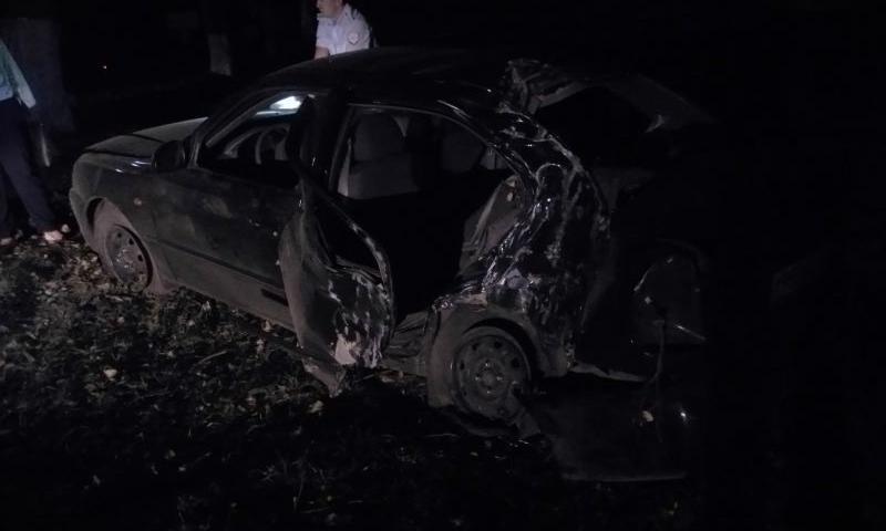В Шахтах водитель «Хендэ Акцент» превысил скорость, не справился с управлением и врезался в дерево