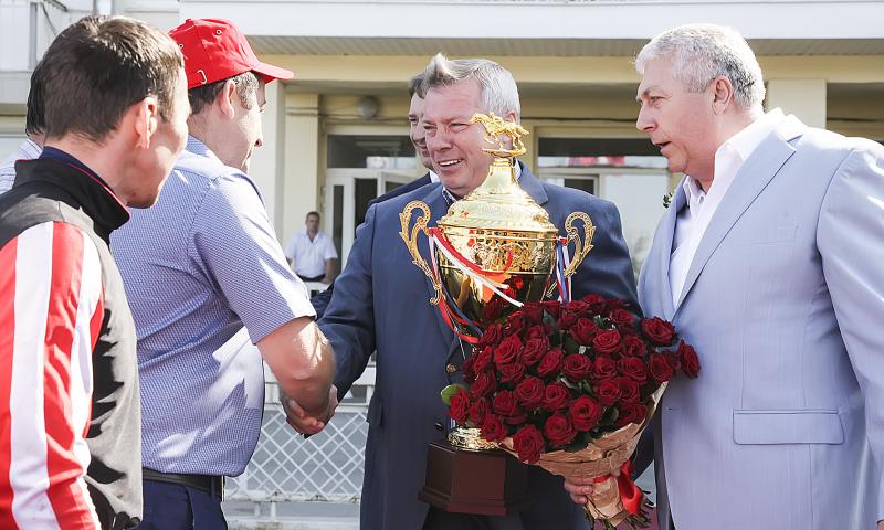 Василий Голубев вручил награду победителю скачек на Кубок губернатора
