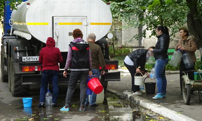 Три аварийные бригады филиала «Шахтинский» ГУП РО «УРСВ» продолжают устранять аварию на водоводе