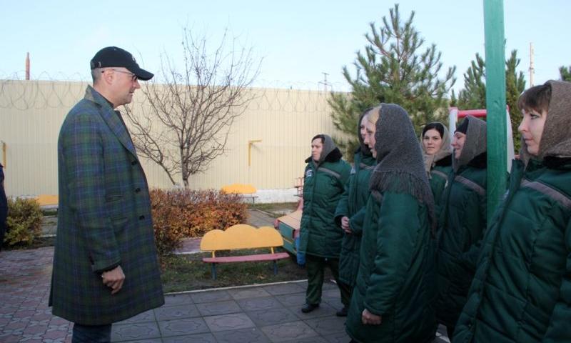 Актер театра и кино Егор Бероев посетил азовскую женскую колонию