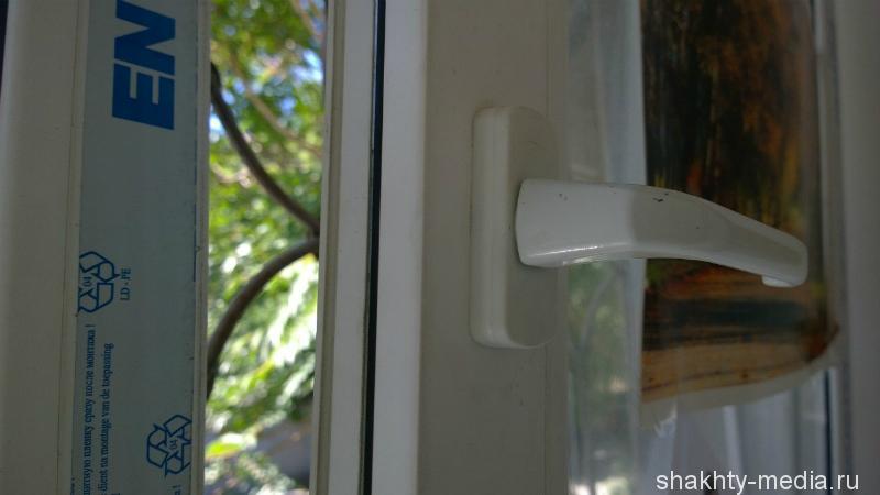 В Шахтах преступник сломал окно и вытащил из квартиры кошелек с деньгами
