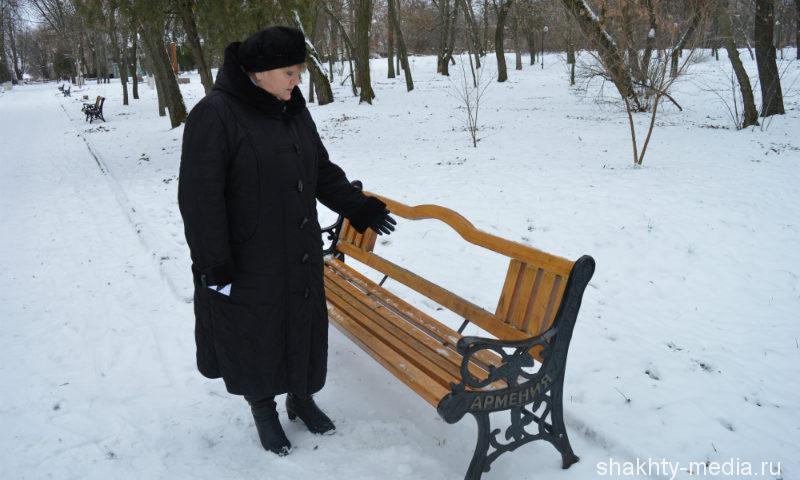 В Шахтах в Александровском парке хулиганы разбили плафоны и сломали лавочки