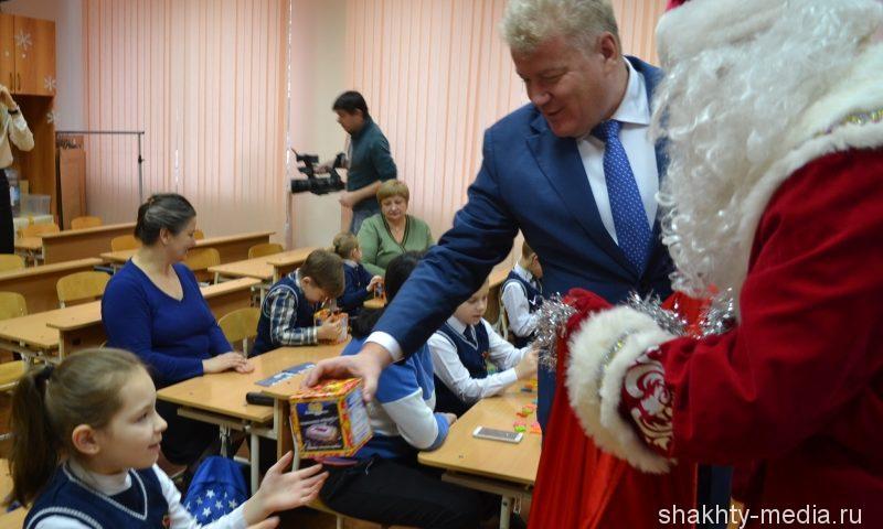 Депутат Госдумы Максим Щаблыкин подарил шахтинским детям новогодние подарки