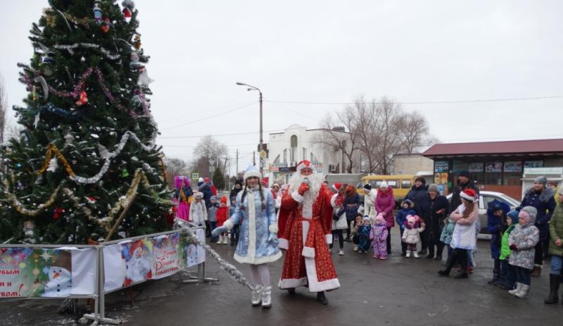 В поселке Красина г.Шахты прошло открытие новогодней елки