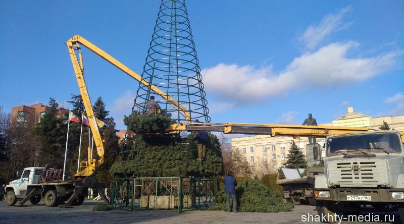 В Шахтах началась установка главной городской ели