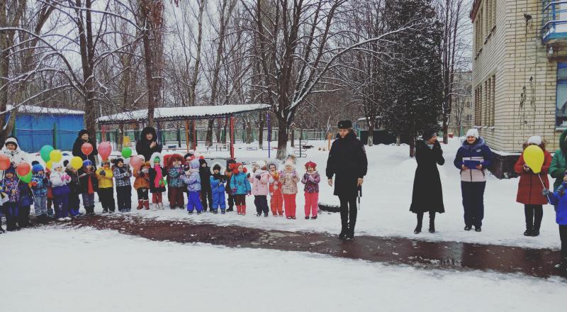 Госавтоинспекция и отряд юных помощников инспекторов движения детского сада №34 провели акцию «Дети! Дорога! Жизнь!»