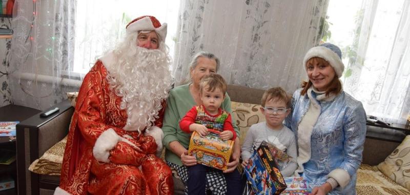 Дед Мороз и Снегурочка осуществили самые заветные желания детей
